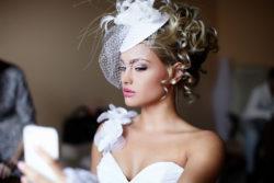 Fascinator mit Federn als Accessoire für die extravagante Braut