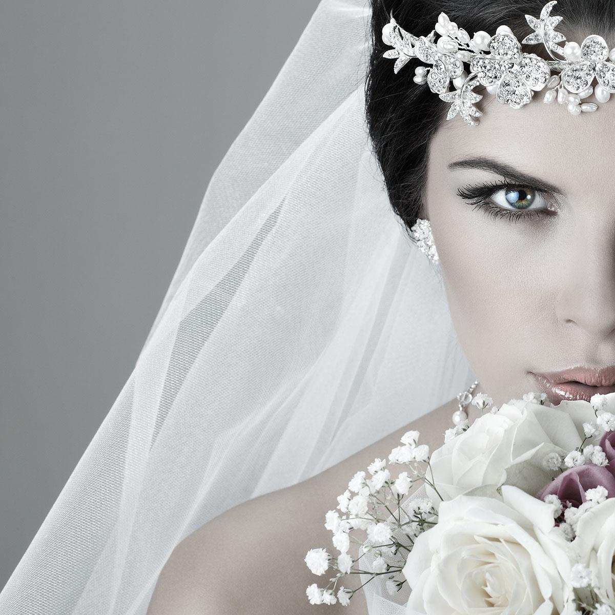 Blickfang: eine Tiara mit passenden Ohrringen
