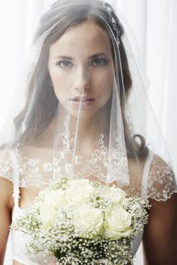zweistufiger Brautschleier mit filigraner Stickerei