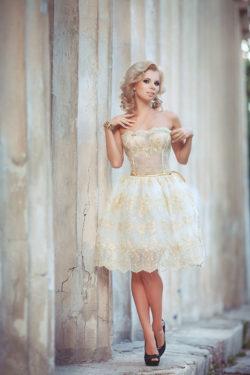 kurzes Brautkleid mit goldenen Akzenten