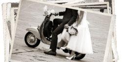 Bräutigam und Braut mit kurzem Brautkleid auf einer Vespa