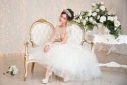 detailreiches kurzes Brautkleid mit Tüllrock