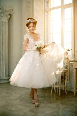 detailreiches kurzes Brautkleid mit Tüllrock und passendem Diadem