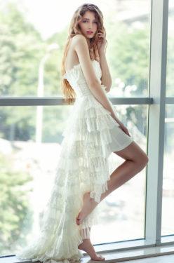 extravagantes Brautkleid, das vorne kurz und hinten lang geschnitten ist