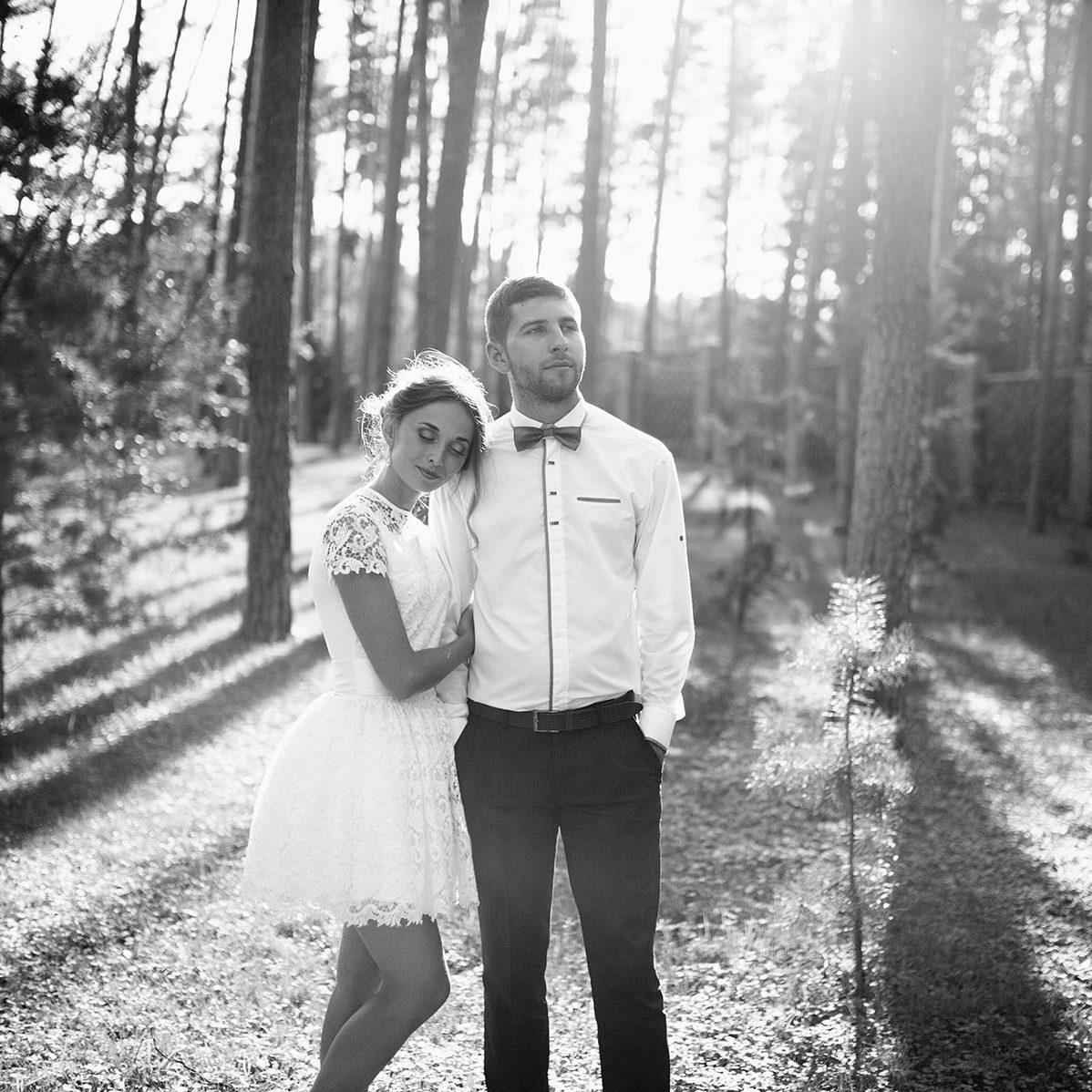 Braut lehnt sich im Wald an dem Bräutigam an