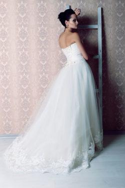 im Rücken zu bindendes Brautkleid