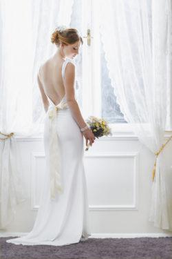 rückenfreies Brautkleid mit Schleife
