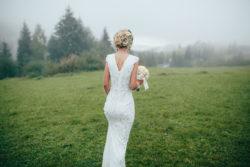 schmal geschnittenes Brautkleid aus Spitze
