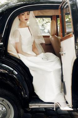 Brautkleid mit U-Boot-Ausschnitt mit Schlitz