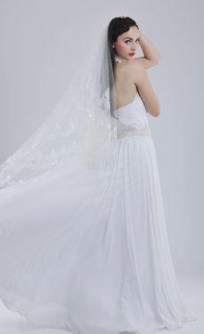 zartes Chiffon-Brautkleid mit Spitzenschleier