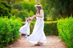 Vintage Braut mit Blumenmädchen im Schloss-Garten