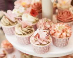 leckere Mini-Cupcakes auf Etagere