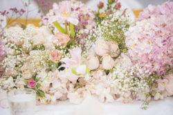 pastellfarbende Blumengestecke als Tisch-Dekoration