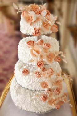 4-stöckige Hochzeitstorte mit Blütendekoration