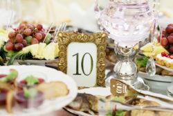 Tischnummer in goldenem Bilderrahmen