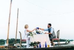 Brautpaar diniert im Hafen