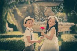vergnügte Kinder vor einem Brunnen