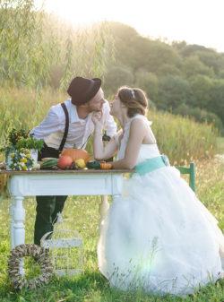 Brautpaar küsst sich am Feldrand