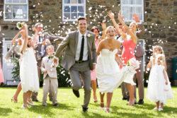 frisch getrautes Brautpaar wird bejubelt