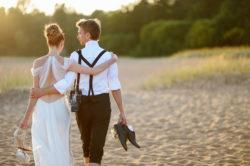 Brautpaar geht Arm in Arm spazieren