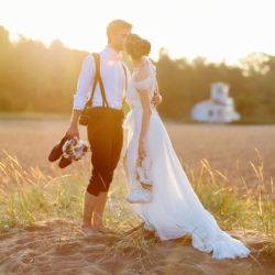 romantischer Kuss am Feldrand