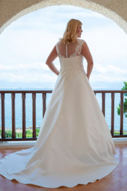 Plus-Size-Brautmoden-mit-schönen-Rückenverzierungen